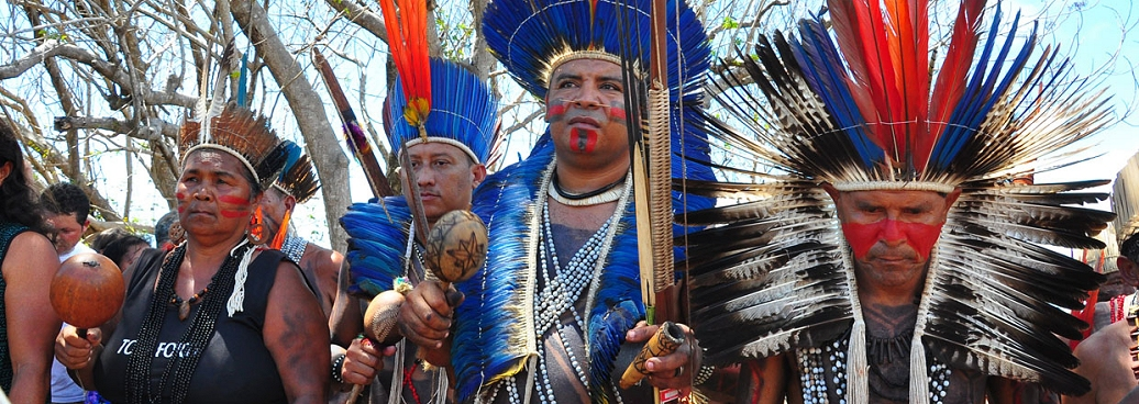 Indiens Potiguaras en costume traditionnel (festivités du jour des indiens du Brésil)